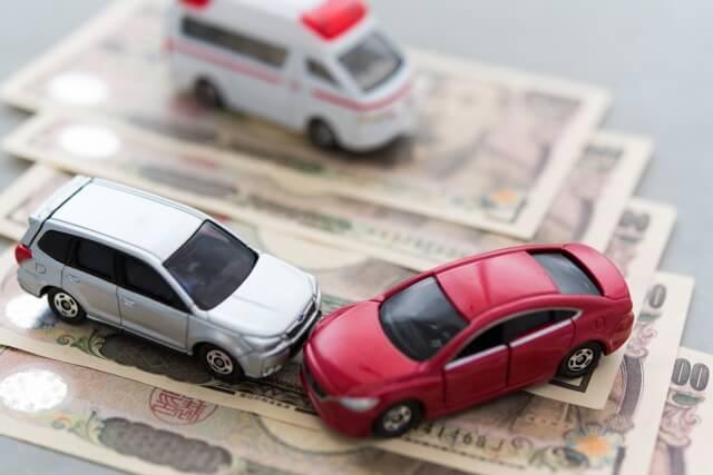 交通事故が起きたとき保険⾦はいくらおりる?